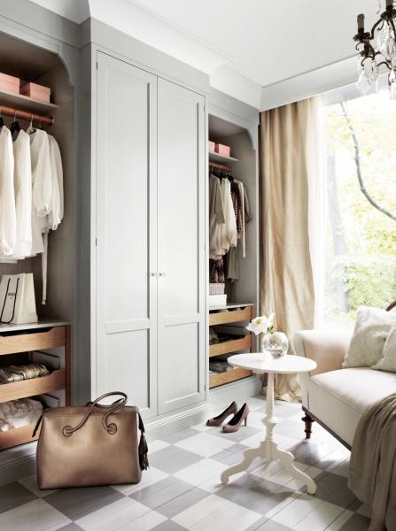 Möbler tillför rummet elegans. Det gör verkligen dessa gardrober med hantverksmässigt tillvekade dörrar och lister med fint formade detaljer. En sådan förvaring gör att det varje morgon blir en fröjd att få välja dagens out-fit. De eleganta garderoberna Broby i ask målade i rökgrå färg kommer från Kvänum. Dörrana har knoppar i kristall och skåpet är inrett med rullådor och klädstänger i ek.