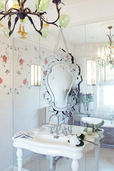Den vackra vitguldsväggen krönts med en viktoriansk spegel.