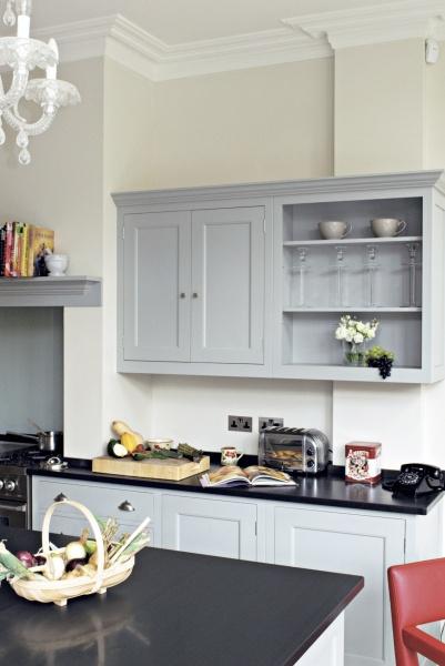 Det traditionella köket i gammal stil är från Plain English med bänkskivor i skiffer. En köksstil som just nu är trendigt i England och som många bygger där just nu.