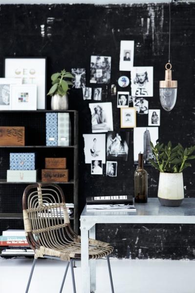 En kreativ miljö där den svarta väggen fungerar som inramning i rummet. Här lyfts fotografier, material och kreativa inslag fram av den mörka ytan. Möbler och inredning från House Doctor.